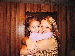 En la foto aparece Kenzie Marie Houk con su hija Adalynn, a quien su hijastro Jordan Brown, de 11 años, presuntamente mató de un disparo.